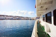 Ferry grec avec la vue de Mykonos Photo libre de droits