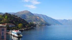 Ferry i parchi nel lago Como, Bellagio del porto Fotografie Stock Libere da Diritti
