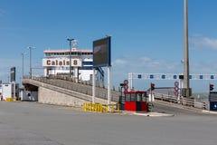 Ferry in Inghilterra ha attraccato al portone del porto a Calais, Francia Immagini Stock Libere da Diritti
