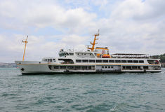 Ferry l'intestazione al pilastro di Karakoy dal pilastro di Eminonu Immagine Stock Libera da Diritti