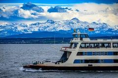 Ferry la nave sul lago di Costanza con le alpi nel fondo Immagine Stock