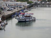 Ferry manoeuvrant sur la rivière Gilao Tavira Images libres de droits