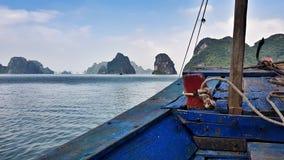 Ferry minuscule de Cat Ba à l'ha long image stock