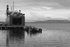 Ferry no porto de Puertos Natales (B&W) fotografia de stock