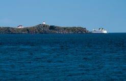 Ferry partant autour du phare Photos stock