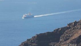 Ferry passageiros da embarcação e a carga levando entre ilhas, transporte público filme