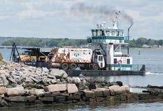 Ferry portant un camion à ordures, près du dock images libres de droits