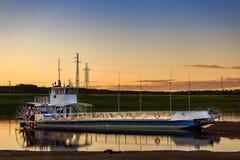 Ferry pour transporter des personnes à travers la rivière Photographie stock libre de droits