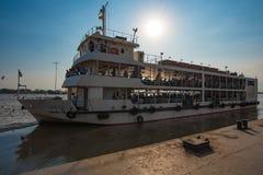 Ferry public à traverser la rivière de Yangon Photographie stock libre de droits