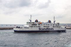 Ferry qui passe au Danemark par le détroit du Cattégat image libre de droits