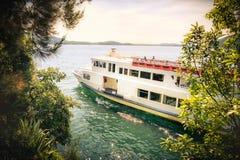 Ferry romantique de bateau de lac de croisière Photographie stock libre de droits