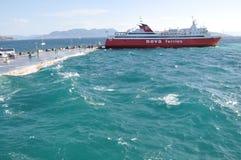 Ferry s'accouplant pour le déchargement images stock