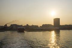 Ferry sur Athena Port Sunset, Grèce photographie stock