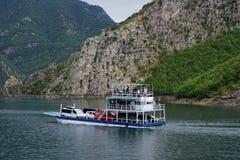 Ferry sur la rivière de Valbona image stock
