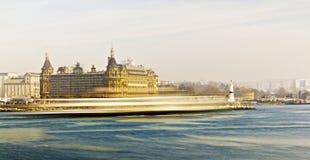 Ferry sur le chemin de Bosphorus images libres de droits