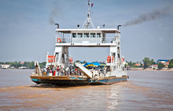 Ferry à travers le Mékong, dans Neak Leung, le Cambodge Photographie stock