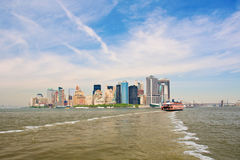 Ferry vers Manhattan Photos stock