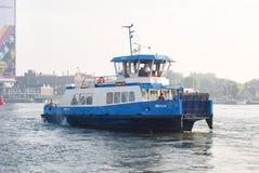 Ferryboat łączy miasto z norther terenami w Amsterdam, holandie Obrazy Royalty Free