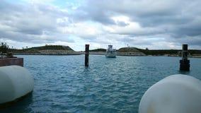 Ferryboat żegluje w port zbiory wideo