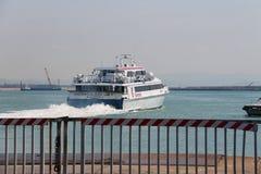 Ferryboat Acapulco strumień odjeżdża od mola w Piombino, Włochy fotografia stock