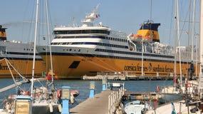 Ferryboat ancorado no porto de Livorno No primeiro plano NU fotos de stock royalty free