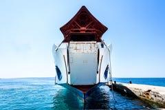 Ferryboat da carga dianteira amarrado com curva levantada no cais Foto de Stock Royalty Free