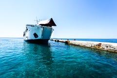 Ferryboat da carga dianteira amarrado com curva levantada no cais Fotos de Stock