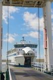 Ferryboat da chegada fotografia de stock