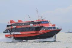 Ferryboat de alta velocidade do hidrofólio no porto de Hong Kong Imagens de Stock