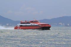 Ferryboat de alta velocidade do hidrofólio no porto de Hong Kong Foto de Stock