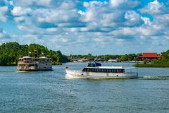 Ferryboat do vintage e barco do táxi na lagoa de sete mares em Walt Disney World fotos de stock royalty free
