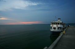 Ferryboat em um porto/porto/quay Imagens de Stock Royalty Free