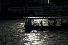 Ferryboat i floden i silhouette Arkivbilder