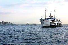 Ferryboat i miasto Obraz Royalty Free