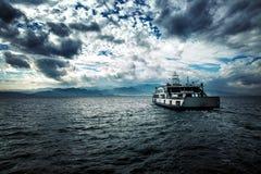 Ferryboat i morze w Chmurnym dniu zdjęcia stock