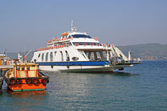 Ferryboat leaving port Royalty Free Stock Photos