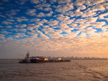 Ferryboat na cidade do Amazonas Fotos de Stock