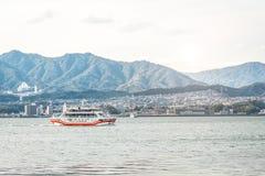Ferryboat na ilha de Miyajima - Hiroshima, Japão Vista de t foto de stock