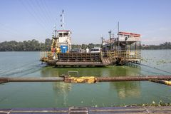 Ferryboat na represa dos faturamentos imagem de stock