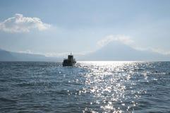 Ferryboat no lago Atitlan imagem de stock