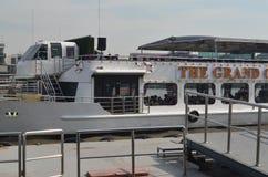 Ferryboat på floden Fotografering för Bildbyråer