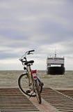 Ferryboat pequeno de espera da bicicleta Foto de Stock Royalty Free