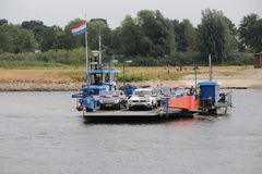 Ferryboat pequeno sobre o rio IJssel nos Países Baixos imagens de stock