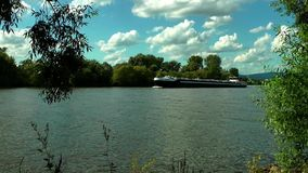 Ferryboat przechodzi od rzeki zbiory wideo