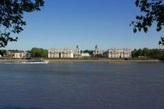 Ferryboat przechodzi starej Królewskiej Morskiej szkoły wyższa w Thames przy Greenwich, Anglia Obrazy Stock