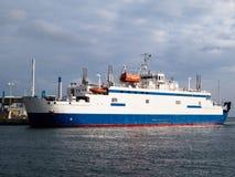 Ferryboat przy molem Fotografia Stock