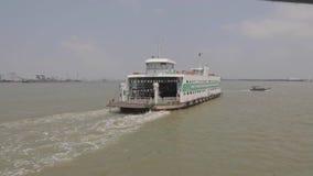 Ferryboat przy Saigon rzeką zbiory wideo