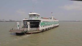 Ferryboat przy Saigon rzeką zbiory
