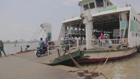 Ferryboat przy Saigon rzeką zdjęcie wideo