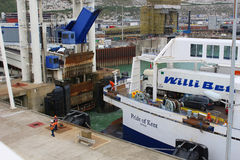 Ferryboat que chega no porto Dôvar Foto de Stock Royalty Free